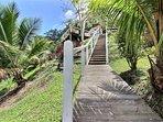On emprunte un escalier pour accéder à la villa des propriétaires, le cottage est à côté