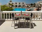 Estupenda terraza con vistas a la piscina y al mar