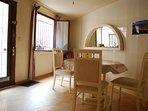 Salon avec table et chaises