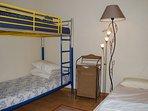 Chambre des enfants avec un lit superposé et un lit simple