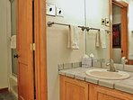 Second bathroom with vanity and shower/tub in Silver Cliff - Park City