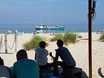 Aankomst van de boot naar Vlieland gezien vanuit Kaap Noord, een van de leukste strandpaviljoens!