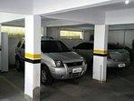 Garagem fechada, coberta e portão automático para um carro