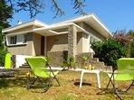 La Villa et sa terrasse bordée d'un jardin de 500 m2 à votre entière disposition