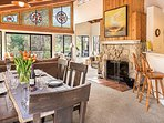Splash Hit, Cozy Riverfront Home, Fireplace, Spa