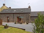 Laugharne holiday cottage with gardens - pets welcome