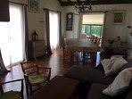 Le SALON avec la Table de salle à manger transformable en BILLARD (SOUS CAUTION)