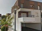 Façade du logement vue du balcon et des places de parking