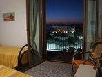 la vista mare dalla camera da letto sull'Isola Bella di notte