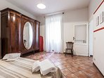 Typical Roman, roomy in Trastevere heart, Wi-Fi