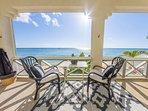 Προβληθεί σε βεράντα με θέα στον ωκεανό της Καραϊβικής.