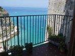 l'ampio balcone a picco sul mare con vista mozzafiato sull'Isola