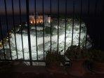 la vista mozzafiato sull'Isola Bella di notte