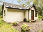 LEVISHIE ground floor lodge, pet-friendly, river views, in Invermoriston, Ref 2514