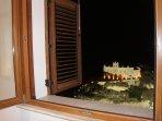la vista mozzafiato sull'Isola Bella dal soggiorno e dalla camera da letto di notte