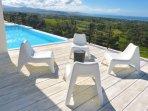 Avec ses espaces généreux, la terrasse a été conçue pour profiter au maximum du panorama :