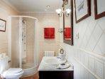 Baño con ducha hídromasaje dentro de la habitación