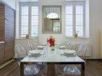 Salle à manger avec table pour 8 personnes
