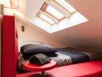 Grand lit rond en mezzanine de la suite Zen