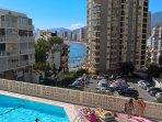 Desde la terraza vistas a la piscina y al mar