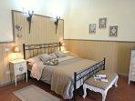 Master Bedroom-Grande Camera Matrimoniale sotto una grande volta medievale.
