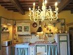 Dettaglio arredamento 'tuscany charm' della cucina con antiche travi a vista.