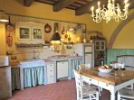 Ampia zona cucina ope-space e area living.