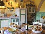 Cucina toscana in pietra competamente attrezzata: comfort e charm.