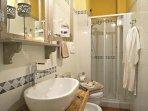 Ampio box doccia con shower gel, bidet e accappatoia/asciugamani forniti.