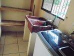 Cuarto de pila con estantes y lavadora
