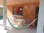 Terraza con hamacas, sillas  y mesa