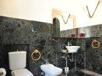 2° bathroom with tub