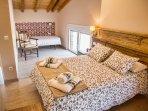 Al fondo, dormitorio con dos camas individuales