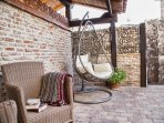 Amplio patio de la casa. Ideal para relajarse y leer