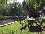 Fotos del pueblo: Orilla del río con mesas