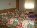 Dormitorio con camas individuales.