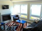 Salon équipé d'un foyer au propane et téléviseur