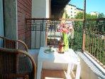 balcone in camera Letto 2 per godersi la strada