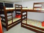segundo cuarto, 2 camarotes de 3 camas cada camarote.. también cuenta con una buena vista