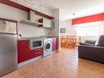 Salón cocina con sofá cama de uno de los apartamentos.