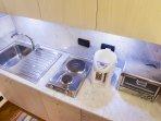 Angolo cucina con led notturni, bollitore e fornetto elettrico.