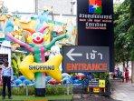 10 minutes within walking distance to Suan Lum Night Bazaar