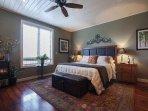 Spaziosa suite armatoriale con letto matrimoniale