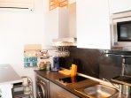 Cocina completa con lavadora secadora, microondas, cafetera de cápsulas, frigorífico congelador