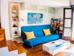 Salón con sofá cama, tv premium con canales internacionales internet y vistas a la catedral