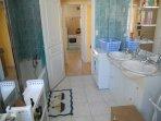 salle de bains côté entrée avec 2 vasques baignoire lave-linge