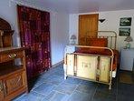 La chambre, literie neuve de 140 par 190,  ouvre plein sud sur un jardin privatif. Calme assuré.