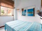 camera da letto con letto una piazza e mezza