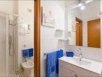 antibagno e bagno con doccia
