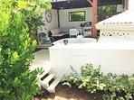 Vue générale de la terrasse et du jacuzzi privatif du studio manguier - La vie est belle